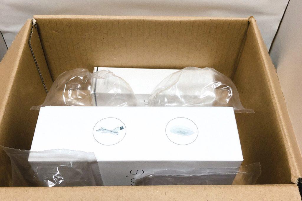ダンボール箱を開けたら、白い箱が2つ
